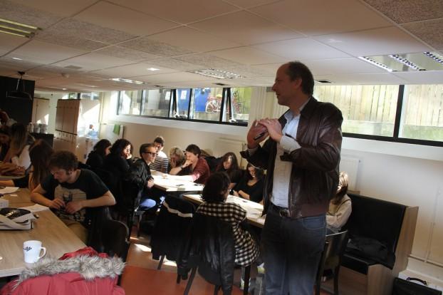 Robert Slagt instrueert Turkse en Nederlandse studenten tijdens een workshop. Foto Deniz Buga