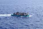 Asielzoekers in zee bij Lampedusa, Italië