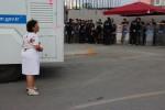 Een eenzame vrouw bij de politie rondom het Taksimplein. Foto Paul Enkelaar