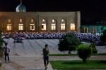 Biddende gelovigen op de eerste dag van ramadan in Tashkent. Foto Gert-Jan Peddemors.