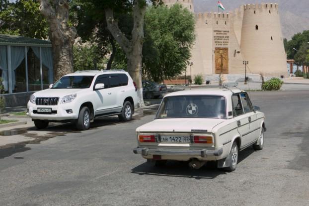 Lada en Lexus delen de weg in Choedzjand. Foto Gert-Jan Peddemors
