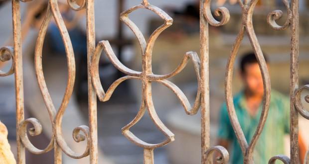 Een Koptisch kruis op de poort van een kerk in Cairo | Foto: Ester Meerman