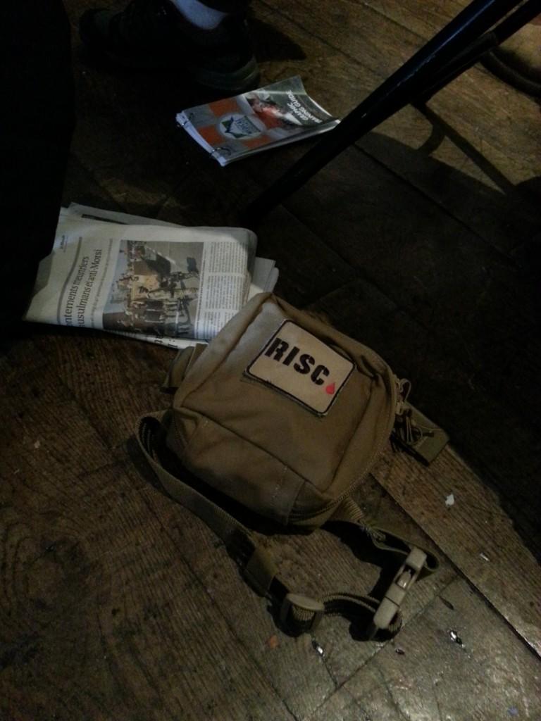 De EHBO-kit van RISC op de vloer van The Frontline Club in Londen. Foto Hans Klis