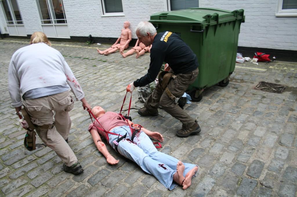 RISC-instructeurs laten zien hoe je een gewonde collega in veiligheid brengt. Foto Hans Klis