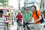 Jack Leenaars aan het fietsen in New Delhi (rechts). Foto Jack Leenaars