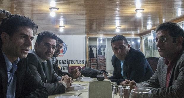 Koerdische journalisten aan tafel in Diyarbakir. Foto Ans Boersma