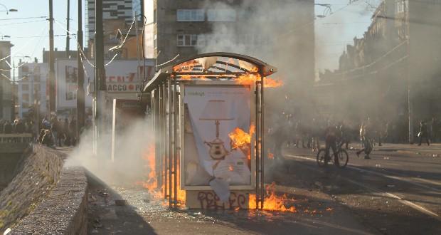 Anarchie tijdens de rellen: Bushokjes en kiosken worden in vuur en vlam gezet. Foto Gerwin Peelen