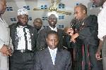 Christelijke (Ssempa, rechts) en moslimleiders zegenen David Bahati, de bedenker van de anti-homowet. Foto Arne Doornebal