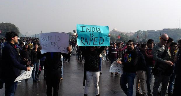 Indiase studenten demonstreren tegen seksueel geweld tegen vrouwen in Rajpath, december 2012. Nilroy Nilanjana Roy / Wikimedia Commons