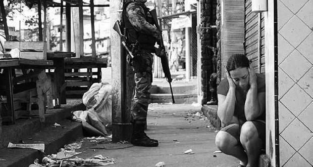 Politierepressie in de favela. Foto Carlos Latuff