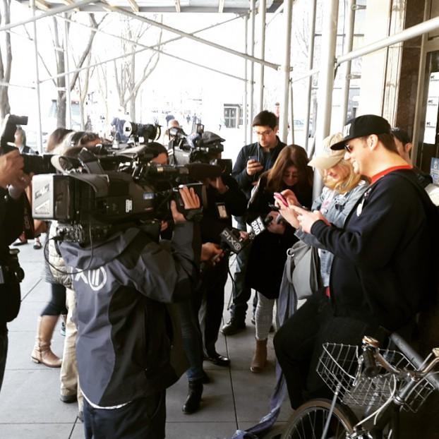 Het precieze moment dat Hillary Clinton haar kandidaat stelt voor de presidentsverkiezingen. Deze aanhangers staan voor het landelijke hoofdkantoor van de campagne in Brooklyn. Foto Hans Klis